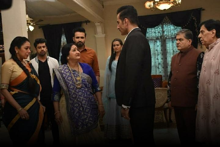 Anupama-Paritosh-scolds-Vanraj-Bapuji-gets-angry